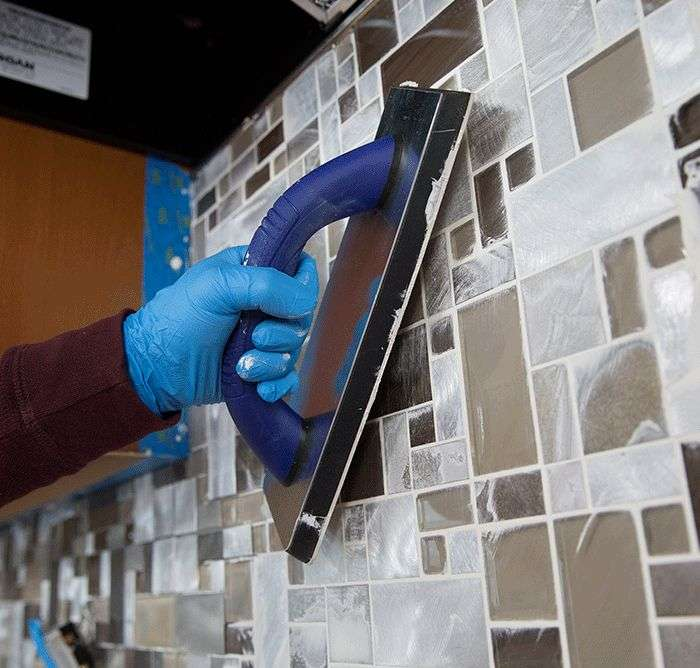 ht_install-a-tile-backsplash-applygrout